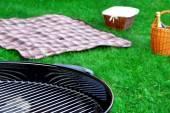 Гриль-барбекю, пикник корзина с вином, одеяло на лужайке — Стоковое фото