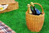 Basket With Champagne Wine, Picnic Hamper And Blanket — Stockfoto