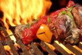 Barbecue rundvlees Kababs op de hete Grill Close-up — Stockfoto