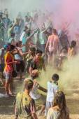 A crowd of people dancing on a colorful festival of colors — Stock Photo