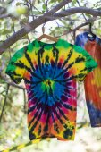 Rainbow T-shirt at the festival hippies — Stockfoto