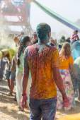 A crowd of people dancing on a colorful festival of colors — Foto de Stock
