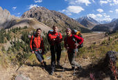 Tourists walk around the beautiful mountains, go track — Foto Stock