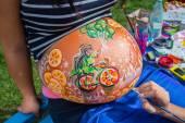 Schwangeres mädchen walking im park — Stockfoto