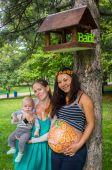 Dziewczyny w ciąży spaceru w parku — Zdjęcie stockowe