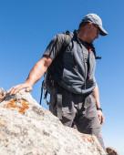 Man on top of mountain — ストック写真