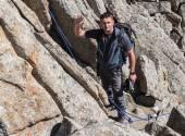 Uomo sulla cima della montagna — Foto Stock