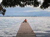 A man contemplates the ocean — Stock Photo
