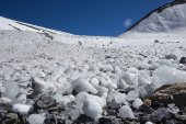 Güzel dağ zirveleri kar kaplı — Stok fotoğraf