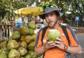 男飲むココナッツ ミルク — ストック写真