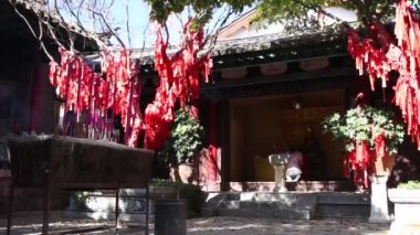A lot of red ribbons in the temple — Stock Video