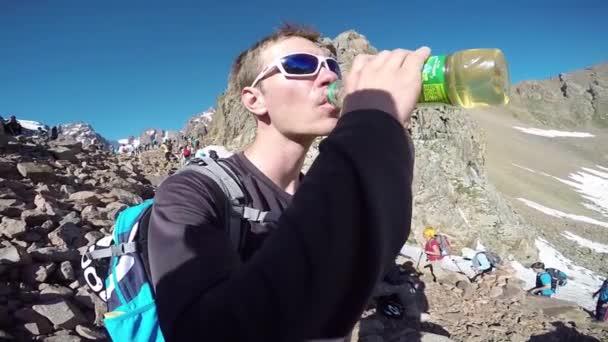 Hombre bebiendo de la botella de agua — Vídeo de stock