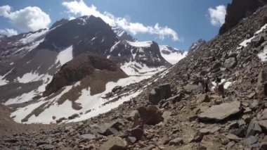 Dlouhá řada turistů v horách — Stock video