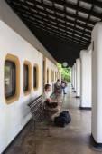 海岸、スリランカ - 03,02,2015: 鉄道、鉄道駅、ジャングル - 車の人々 — ストック写真