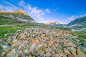 летний пейзаж в горах. восход солнца — Стоковое фото
