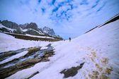 Hiker traverses snowy slopes  — Stock Photo