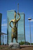 Una estatua de bronce con un guerrero nómada sostiene una lanza — Foto de Stock