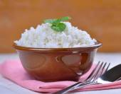 Cooked white rice garnished with mint in a ceramic bowl — Stock Photo