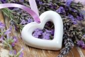 Weiß Herz auf Holztisch — Stockfoto