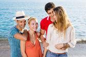 Amigos felices en la playa — Foto de Stock