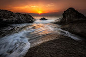 Dawn tussen de rotsen — Stockfoto