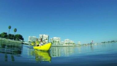 Jovem casal feliz andando de caiaque no mar, estilo de vida hd de verão — Vídeo stock