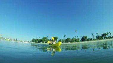 Młoda para zadowolony, spływy kajakowe w oceanie, lato styl życia — Wideo stockowe