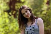 Närbild av vacker flicka med röda läppar och långt hår, som t — Stockfoto