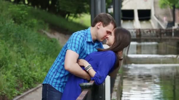 видео как целуются на речке
