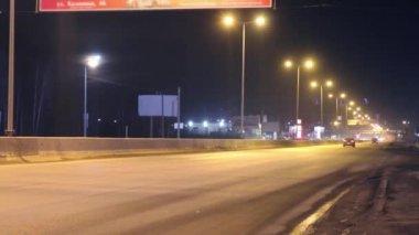 Stěhování auta a autobusu nedaleko nádraží, bannery s osvětlení v temné noci. Časová prodleva — Stock video