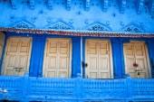 Viejas puertas de madera blancas con pared azul — Foto de Stock