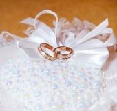 Gold wedding rings — Стоковое фото