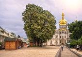 Kestane ağaçları manastırda çiçeklenme — Stok fotoğraf