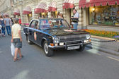 "Soviet retro black car ""Volga"" GAZ-24 on retro rally Gorkyclassic near Gum Department store, Moscow — Stock Photo"