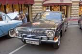 """Radzieckich retro czarny samochód """"wołga"""" gaz-24 na rajd retro gorkyclassic o guma, moskwa, widok z przodu — Zdjęcie stockowe"""
