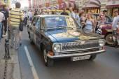 "The Soviet black car ""Volga"" GAZ-24 on retro rally Gorkyclassic near Gum Department store, Moscow — Stock Photo"