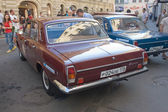 """Red retro car GAZ-24 """"Volga"""" retro rally Gorkyclassic in the Parking lot near Gum Department store, Moscow, rear view — Stockfoto"""