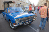 """Blue retro GAZ-24 """"Volga"""" retro rally Gorkyclassic in the Parking lot near Gum Department store, Moscow — Stock Photo"""