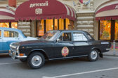 "Soviet black car GAZ-24 ""Volga"" retro rally Gorkyclassic about Gum, Moscow, side view — Stockfoto"