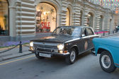 "Soviet black car GAZ-24 ""Volga"" retro rally Gorkyclassic in motion around the Gum, Moscow — Stockfoto"