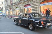 "Soviet black car GAZ-24 ""Volga"" retro rally Gorkyclassic in motion around the Gum, Moscow, rear view — Stockfoto"