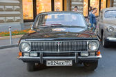 "Soviet black car GAZ-24 ""Volga"" on the rally Gorkyclassic, GUM, Moscow, front view — Stock Photo"