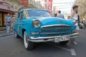 """苏联复古蓝色车""""伏尔加""""嘎斯-21 复古拉力赛 gorkyclassic gum 百货商店,莫斯科附近 — 图库照片"""
