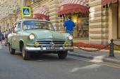 """Soviet retro green car """"Volga"""" GAZ-21 first series on retro rally Gorkyclassic about Gum, Moscow, front view — Stock Photo"""