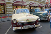 """Soviet retro two-tone car """"Volga"""" GAZ-21 of the second series on retro rally Gorkyclassic about Gum, Moscow, front view — Foto Stock"""