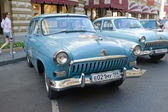 """Soviet retro bright blue car """"Volga"""" GAZ-21 retro rally Gorkyclassic in the Parking lot near Gum Department store, Moscow, front view — Foto Stock"""
