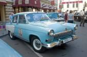 "Soviet retro bright blue car ""Volga"" GAZ-21 retro rally Gorkyclassic in the Parking lot near Gum Department store, Moscow — Foto Stock"