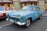 """Soviet retro bright blue car """"Volga"""" GAZ-21 retro rally Gorkyclassic in the Parking lot near Gum Department store, Moscow, side view — Foto Stock"""