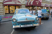 "Soviet car bright blue ""Volga"" GAZ-21 retro rally Gorkyclassic in the Parking lot near Gum Department store, Moscow, front view — ストック写真"