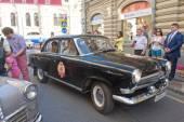 """Gorkyclassic gaz-21 retro rajd """"wołga"""" radziecki czarny samochód w pobliżu towarowego gum, moskwa — Zdjęcie stockowe"""